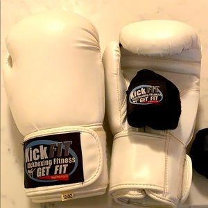 Unisex Kickboxing gloves and hand wraps